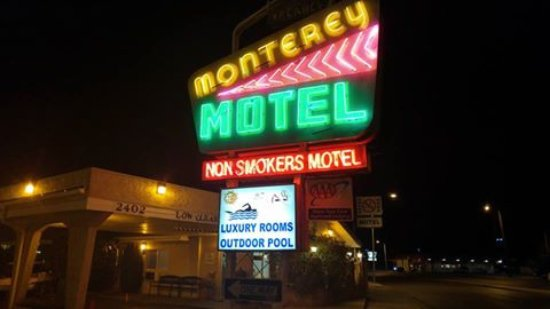 Monterey Non-Smokers Motel: Night time reception