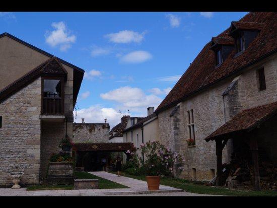 Gilly-les-Citeaux, Γαλλία: Allée menant à la terrasse ombragée