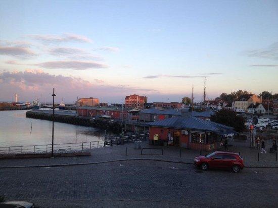 Simrishamn, สวีเดน: Det var en fantastisk aften, så vi måtte gå ned på havnen for at se havneudsejlingen og horisont