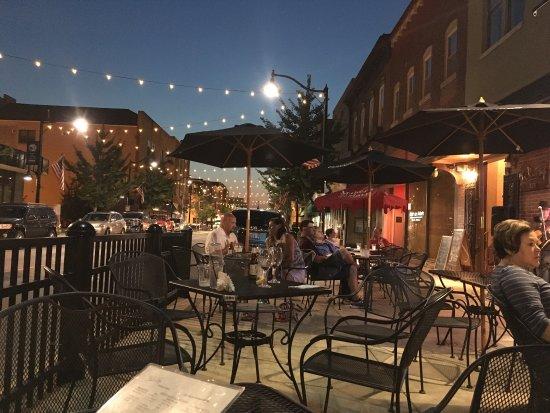 เบลวิลล์, อิลลินอยส์: Outdoor entertainment and lovely night to dine outdoors