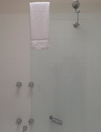Fitzroy, Australia: shower  that leaks in the bath  and very narrow