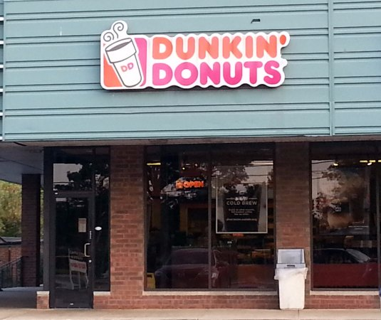 Park Ridge, IL: Front entrance to Dunkin' Donuts from parking lot