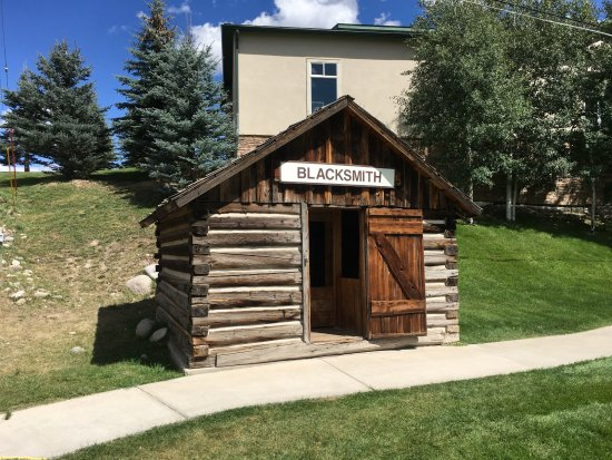 Eagle, Kolorado: Old blacksmith building at tourist information center