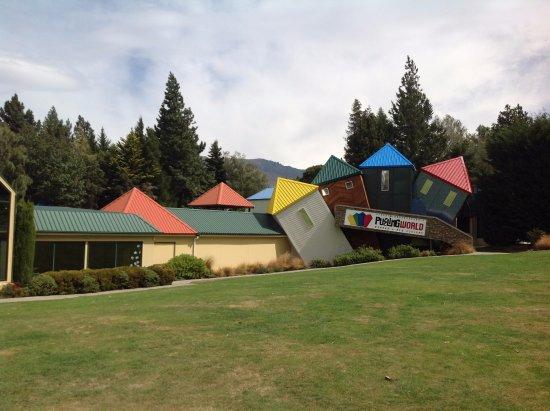 Wanaka, Selandia Baru: 利用力學卻東倒西歪的建築
