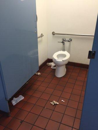 นอร์ทแทมป์ตัน, แมสซาชูเซตส์: This was by far the filthiest McDonalds I've ever been in. The grease on the floors was absolute