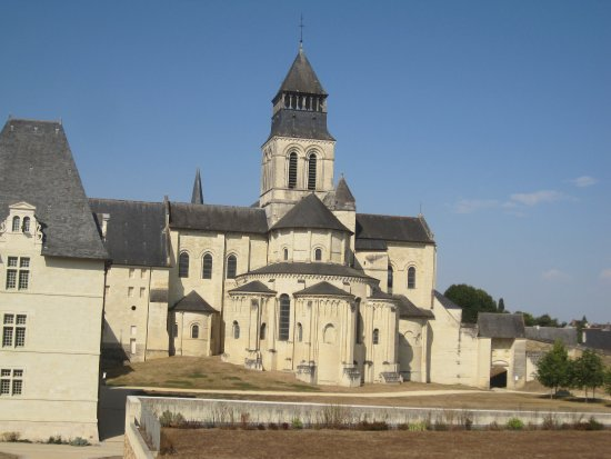 Fontevraud-l'Abbaye, Francia: The Abbaye from the hill behind