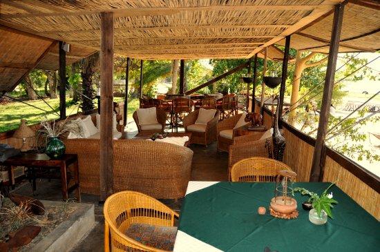 Cape Maclear, มาลาวี: Zicht vanuit de dining room naar de lounge.