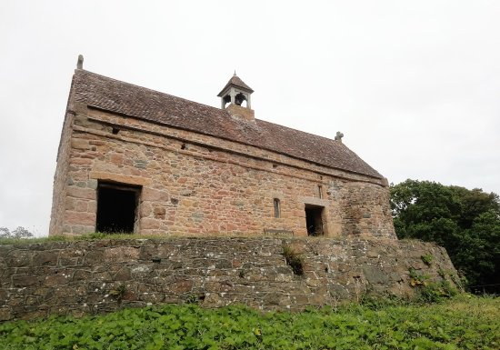 Grouville, UK: Medieval Chapel on top of the mound.