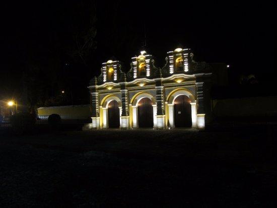 Villa Colonial: Iglesia del calvario de noche