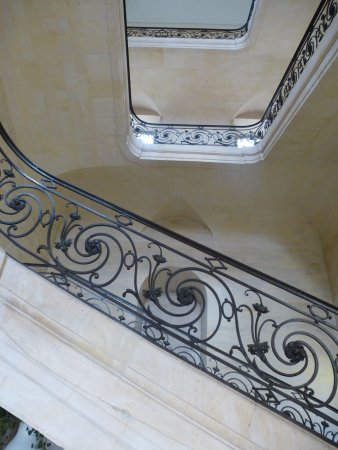 Caen, Francja: Escalier et rampe en fer forgé du XVIIIè