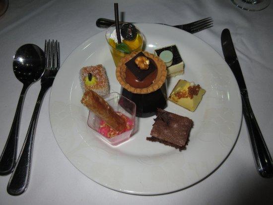 La Marquise Luxury Resort Complex: Dessert-Auswahl vom Abendbuffet
