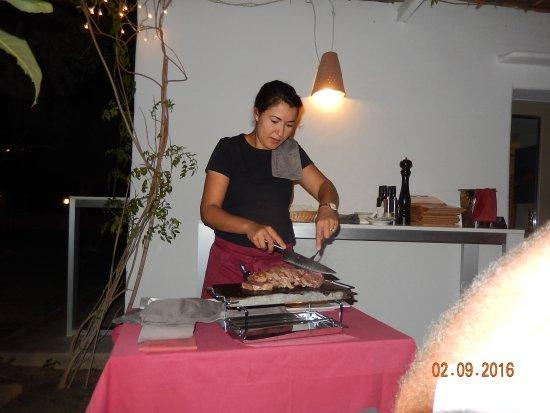 Altea la Vella, España: de ossenhaas wordt getrancheerd in Restaurant Meliton Jardin. Altea