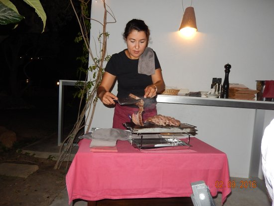 Altea la Vella, España: De ossenhaas wordt geserveerd in Restaurant Meliton Jardin, Altea