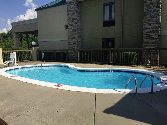 Clarksville, TN: Outdoor pool and grilling area