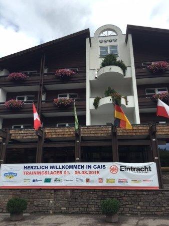 Gais, Italia: La facciata dell'hotel al nostro arrivo: l'Eintracht Francoforte è stato ospite ad agosto!