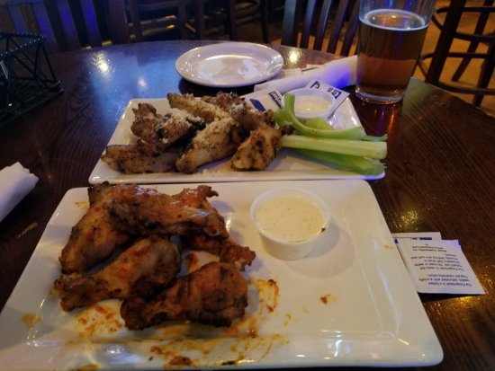 Ист-Брунсвик, Нью-Джерси: Dove into my wings and beer before remembering to take a picture...sorry I was hungry:-)