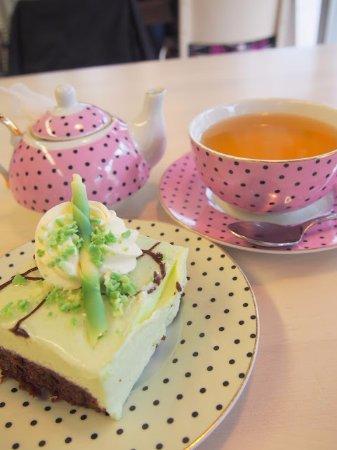 Kajaani, Finlandia: Kauniisti sisustettu kahvila ja ihanat astiat.