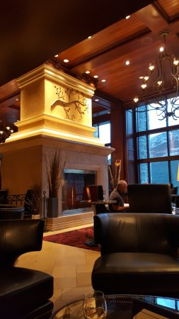 Rimrock Resort Hotel: one of the hotel lounges with view's