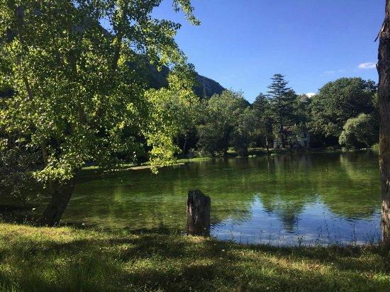 La Locanda di Valcasana : La peschiera su cui si affaccia la Locanda