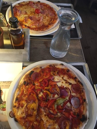 La Defense, Francia: Pizza Diavolo et pizza Margarita avec jambon