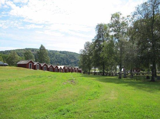 Nordingrå, Sverige: 教会の古い厩舎が湖まで建っています