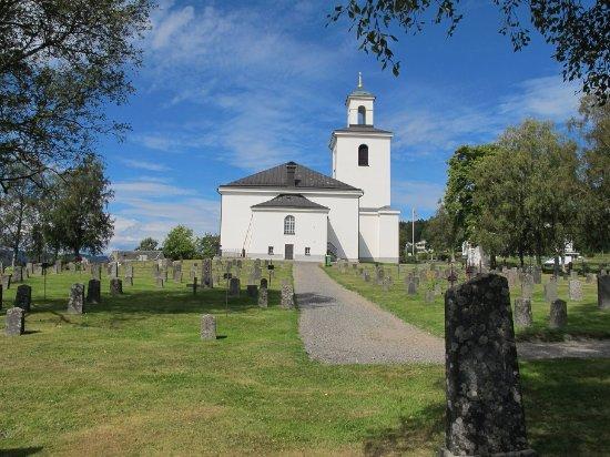 Nordingrå, Sverige: 裏手にある墓地からみた教会
