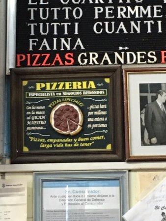El Cuartito: Este cuadro tras la caja describe el espíritu de la Pizzería