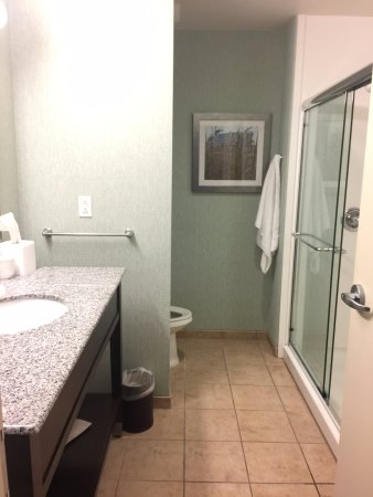 Newark, DE: Very clean bathroom. Loved the large shower