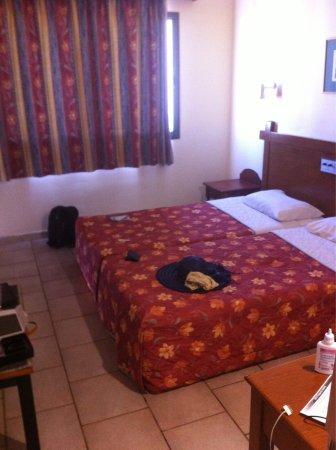 Tsokkos Sun Gardens Hotel Apartments: Фото спальни и виды с балконов из разных номеров