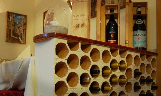 Wunstorf, Allemagne : Auch mit gutem Wein können wir dienen.