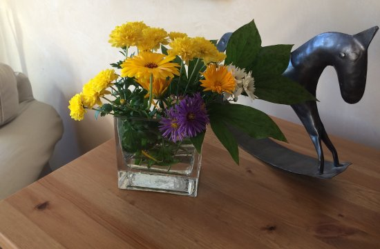 Kingfish Inn: Fresh flowers in room
