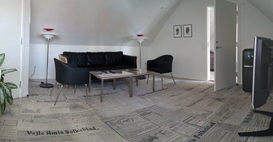Opholds-/tv-stuen i hotellets suite. Lækre møbler, stor mini-bar ...