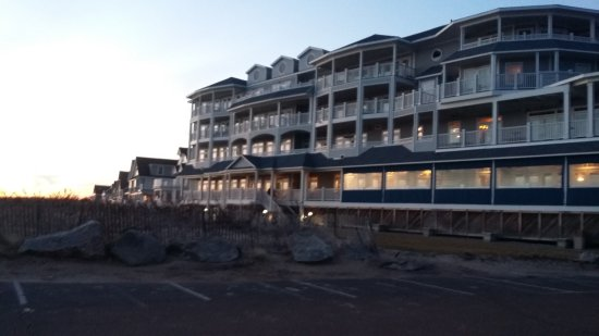 Madison, CT: This is the back of the hotel where the beach is located