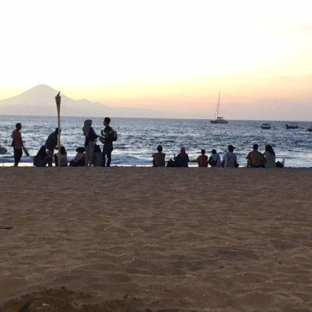 Kila Senggigi Beach Lombok: Sunset is bombarded by traders and no security step in!