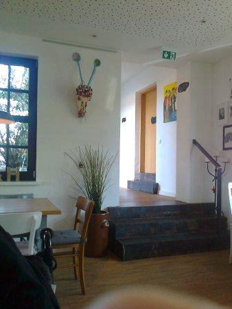 Perl, Deutschland: Ausgesuchte Kunstwerke hängen an den Wänden des Lokals