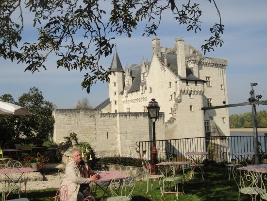 Montsoreau, França: Вид на замок из сада ресторана