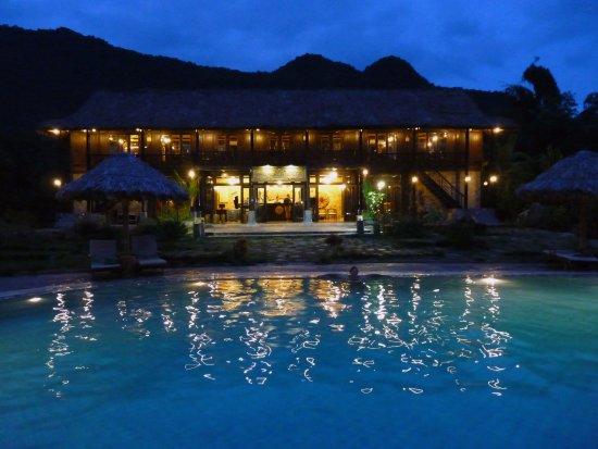 Mai Chau, Vietnam: hôtel et piscine de nuit
