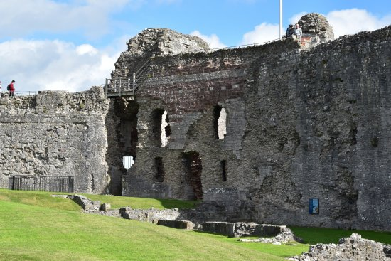 Denbigh, UK: Castle ruin on the right as you look up towards the visitor centre