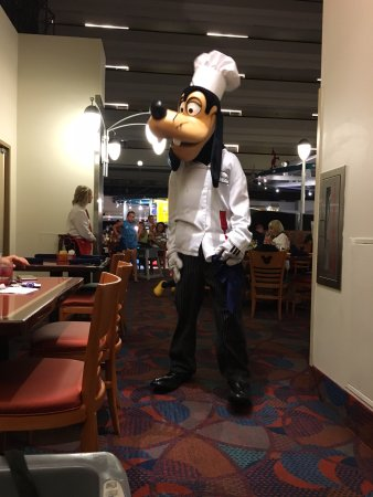 Chef Mickey's: Goofy making the rounds