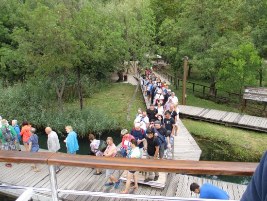 Sibenik-Knin County, Kroasia: visitors queuing for boat trip