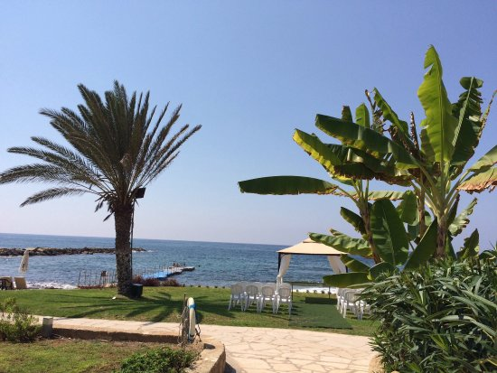 Constantinou Bros Athena Beach Hotel: Ook in september is hier zon zee strand