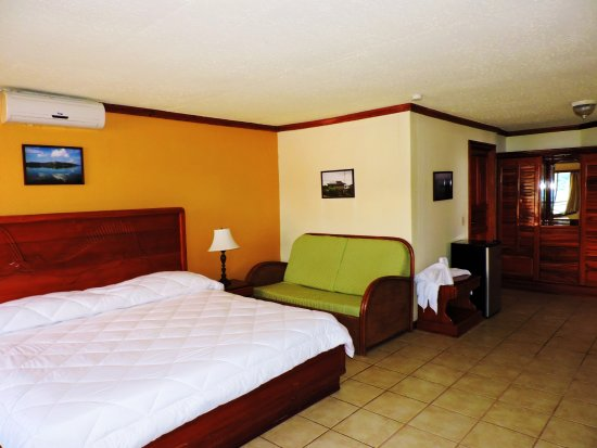 Fish Hook Marina & Lodge: Suite King bed