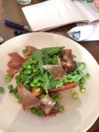 Danville, Kalifornia: Burrata on brioche with peas, pea shoots and country ham.