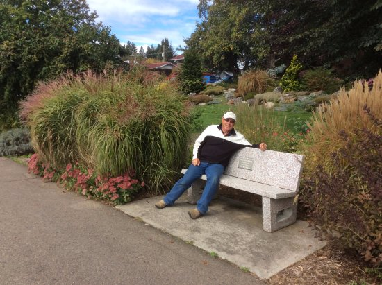 Nakusp, Canada: Relaxing on one of the benches along the walkway.