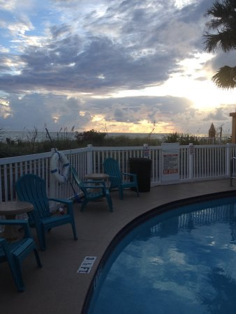 Beach Suites Resort: Sunset by the pool