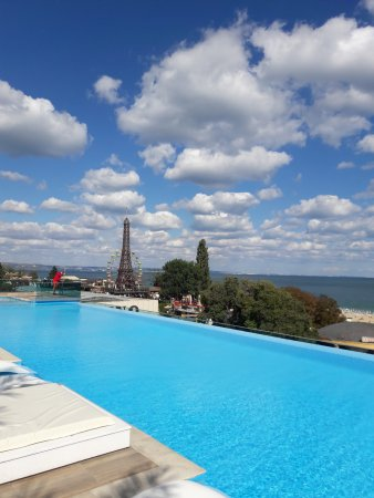 INTERNATIONAL Hotel Casino & Tower Suites: 21 Bar & Pool with very good space and best view of the Black sea
