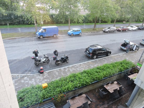 Joensuu, Finlândia: Вид на улицу и парковку отеля