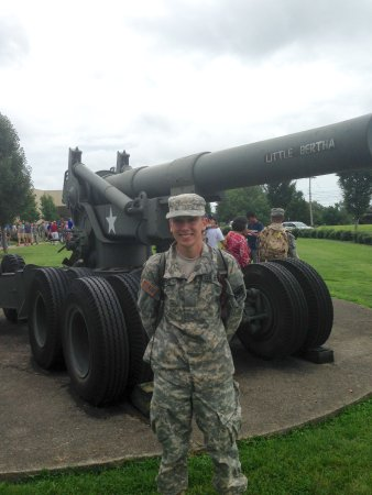 Fort Knox, เคนตั๊กกี้: College army cadet in front of Little Bertha outside the front door of the museum