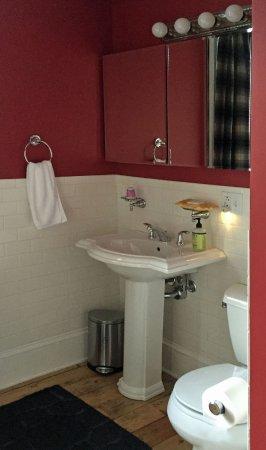 Hudson, NY: Full bathroom en-suite in King Room