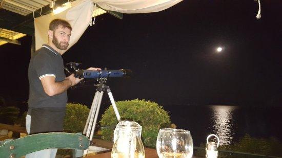 Petalidi, Grecja: Larry e il suo telescopio dal terrazzo del Ristorante, una notte di plenilunio.